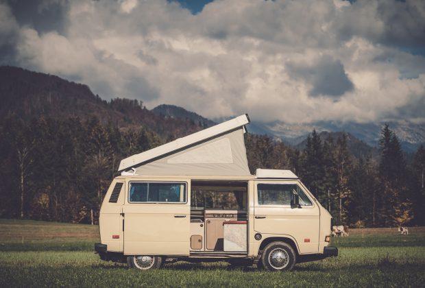 Przyczepa kempingowa czy kamper Co wybrać na objazdowe wakacje