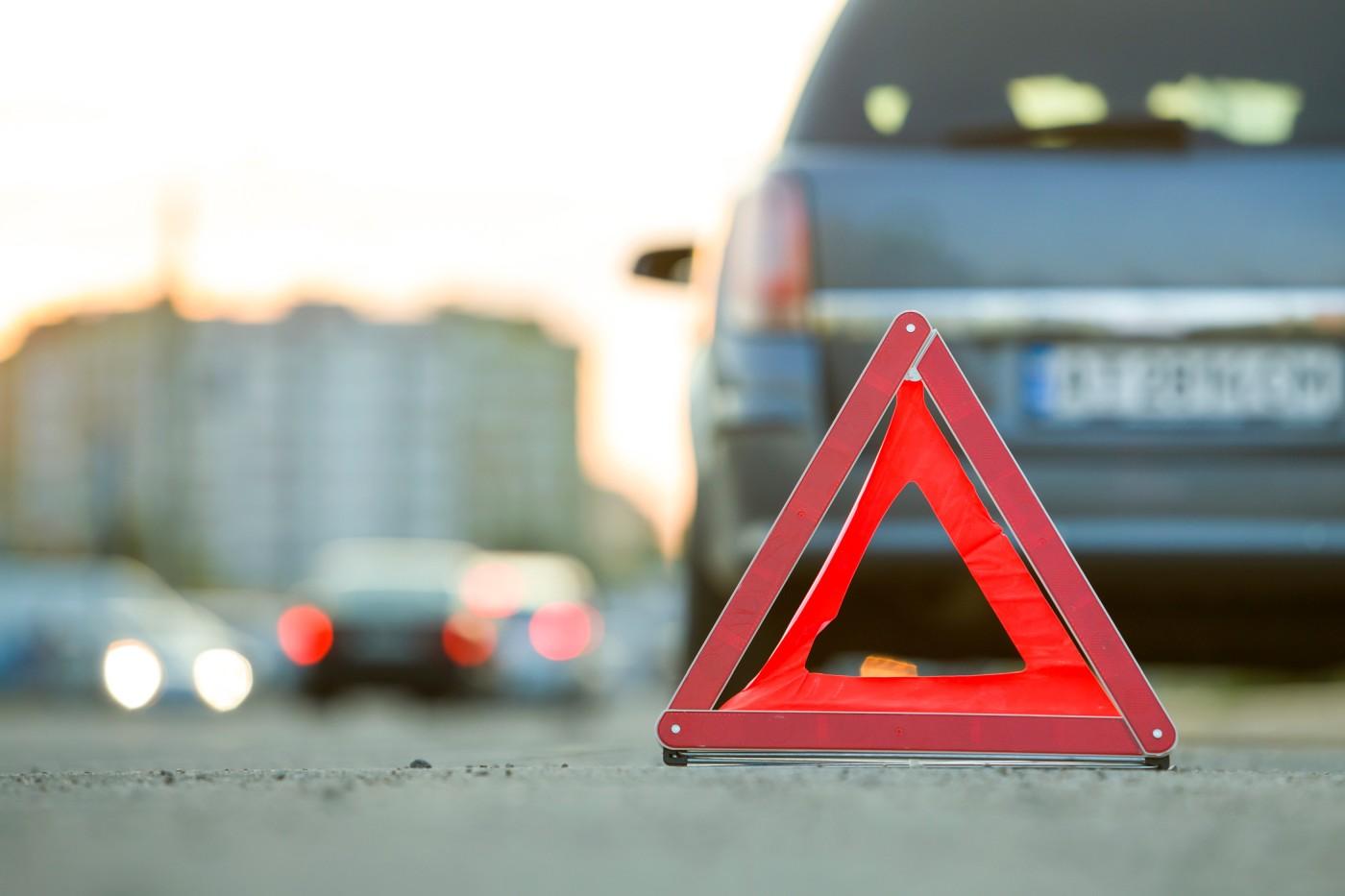 Wezwanie pomocy drogowej to jeszcze nie wszystko - należy zadbać także o umieszczeniu trójkąta odblaskowego oraz światłach awaryjnych!